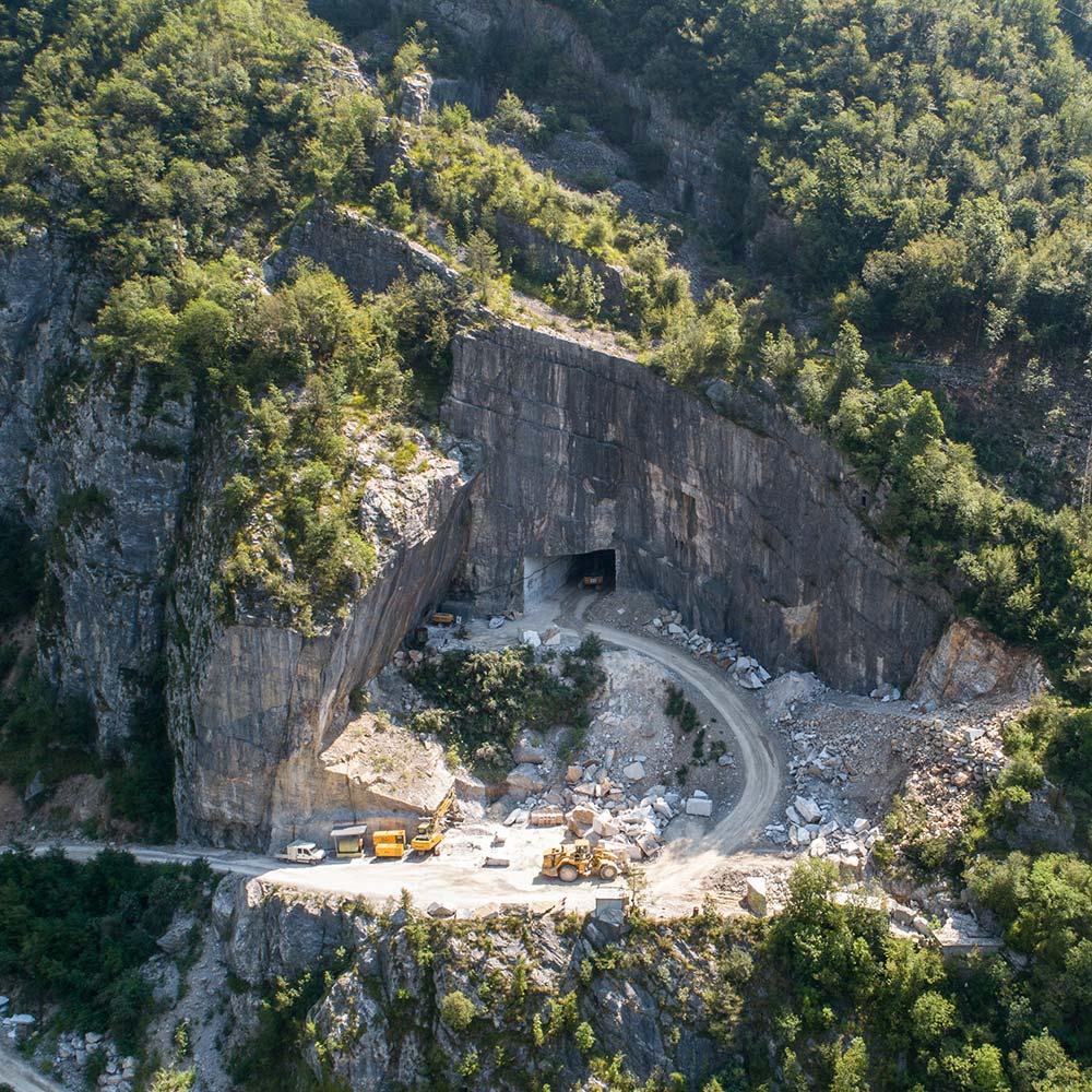 EURO MAS SRL - Accesso alla nostra cava di marmo italiano arabescato orobico, estrazione in tunnel